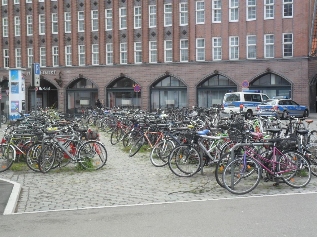 Велосипеды просто оставляют на стоянке, на замки не пристегивают, это не принято